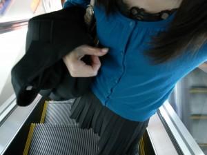エレベーターを登る女