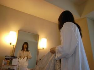 鏡に映る女